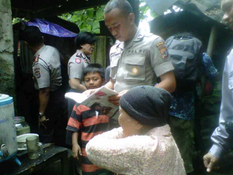Ahok Hadiahi Motor untuk Polisi yang Tinggal di Kandang Sapi