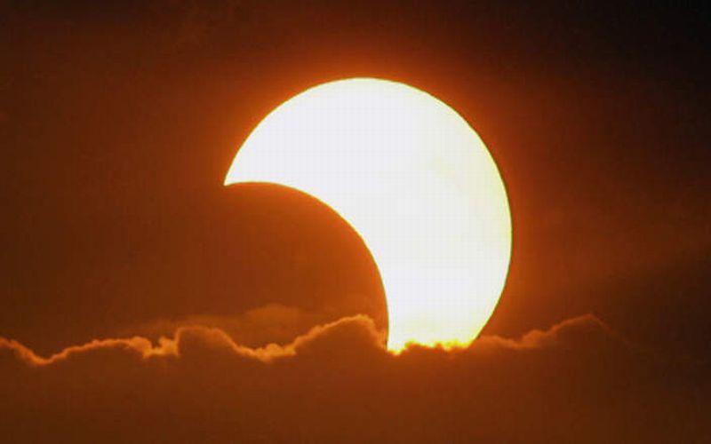 https: img.okeinfo.net content 2015 03 18 56 1120354 cara-aman-menyaksikan-langsung-gerhana-matahari-OfqcC2Fb1n.jpg