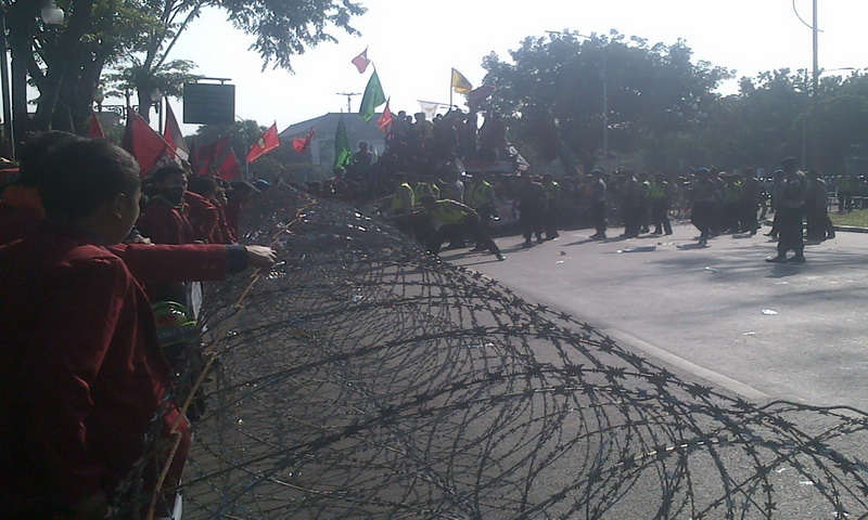 https: img.okeinfo.net content 2015 05 20 337 1152596 demo-harkitnas-istana-negara-dikepung-mahasiswa-CH3ErZmk0F.jpg