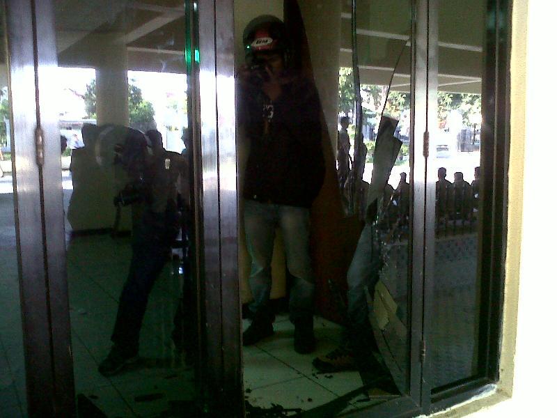 https: img.okeinfo.net content 2015 05 20 340 1152590 rusak-gedung-dprd-sulsel-11-mahasiswa-ditangkap-LJvM4yZ3V7.jpg