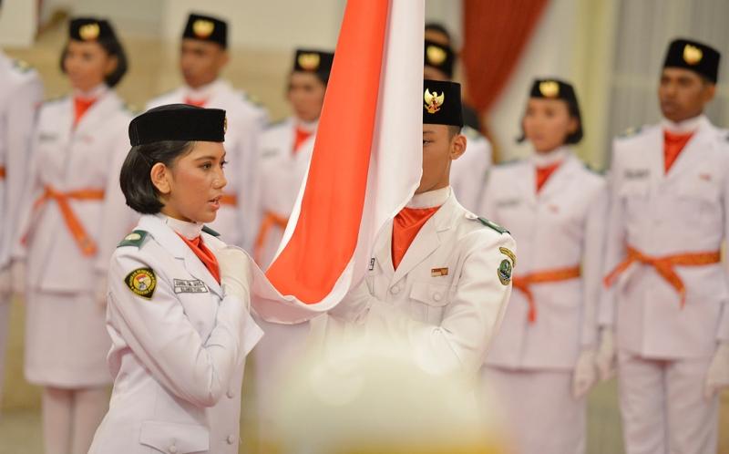 https: img.okeinfo.net content 2015 08 17 337 1197608 rani-noerinsan-pembawa-baki-di-upacara-penurunan-bendera-5fFiY5X4cN.jpg
