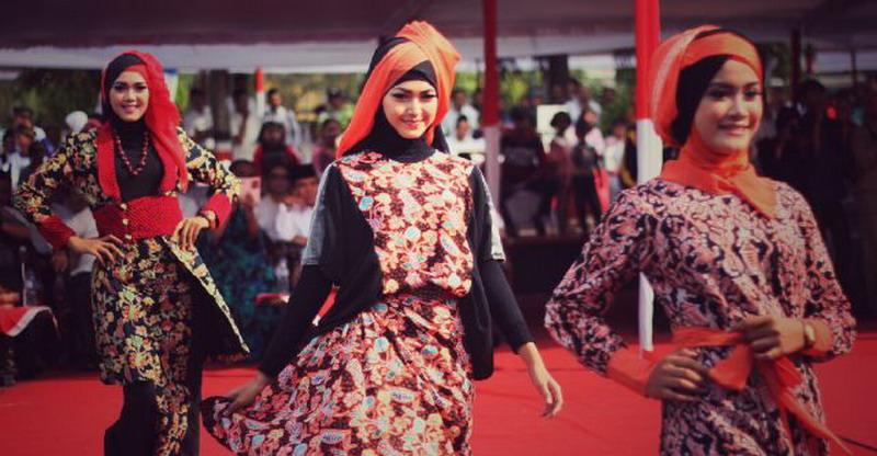 https: img.okeinfo.net content 2015 10 27 194 1238653 padu-padan-batik-kudus-untuk-hijabers-EtfD82HHUr.jpg