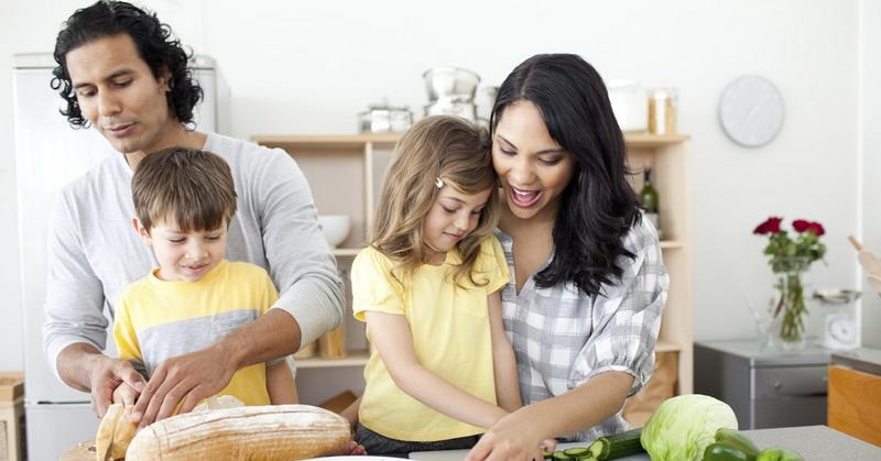 https: img.okeinfo.net content 2015 10 30 298 1240811 moms-ini-pentingnya-mengajarkan-anak-memasak-YJWBEpyqr3.jpg