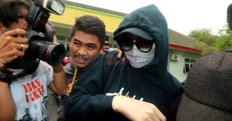 https: img.okeinfo.net content 2015 12 12 33 1266200 yayasan-miss-indonesia-keluarkan-surat-pemecatan-puty-revita-NA20azyXLl.jpg