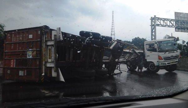 Truk Kontainer Terguling Di Tol Jagorawi Lalin Tersendat Okezone News