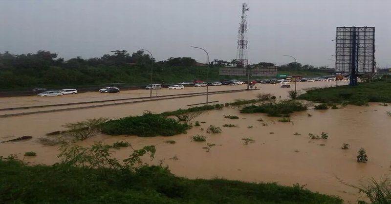 Banjir di Tol Cikampek Akibat Limpahan Air dari Kawasan ...