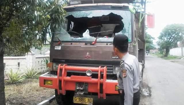 https: img.okeinfo.net content 2016 03 14 525 1335724 tawuran-pelajar-di-cirebon-rusak-truk-gandeng-donmi0u940.jpg