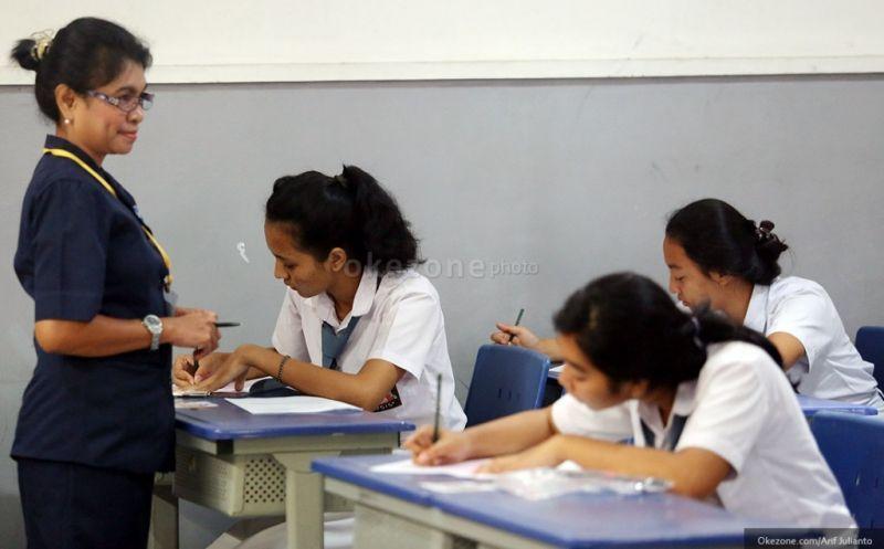 Hasil gambar untuk guru mengajar dikelas