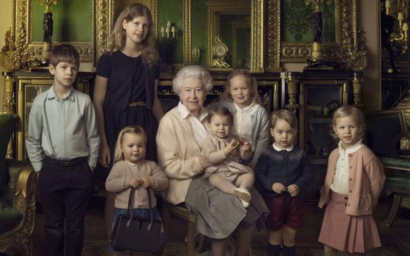 https: img.okeinfo.net content 2016 04 22 194 1369857 foto-pose-menggemaskan-putri-charlotte-bersama-ratu-elizabeth-ii-VHIdEudo35.jpg