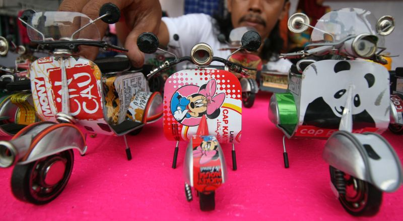 Inspirasi Bisnis Sulap Kaleng Bekas Jadi Miniatur Vespa Mobil