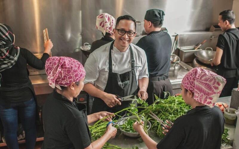 https: img.okeinfo.net content 2016 05 25 298 1397303 indonesian-weekend-ini-tokoh-kuliner-inggris-idola-chef-degan-uO0cxT30Bv.jpg