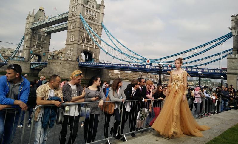 https: img.okeinfo.net content 2016 05 29 194 1400821 keren-fashion-show-desainer-indonesian-weekend-di-jalanan-potters-field-london-I1vysUW8I7.jpg