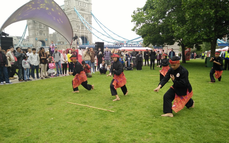 https: img.okeinfo.net content 2016 05 29 406 1400762 aksi-pencak-silat-di-indonesian-weekend-turis-london-wow-amazing-WBIFkW2BYK.jpg