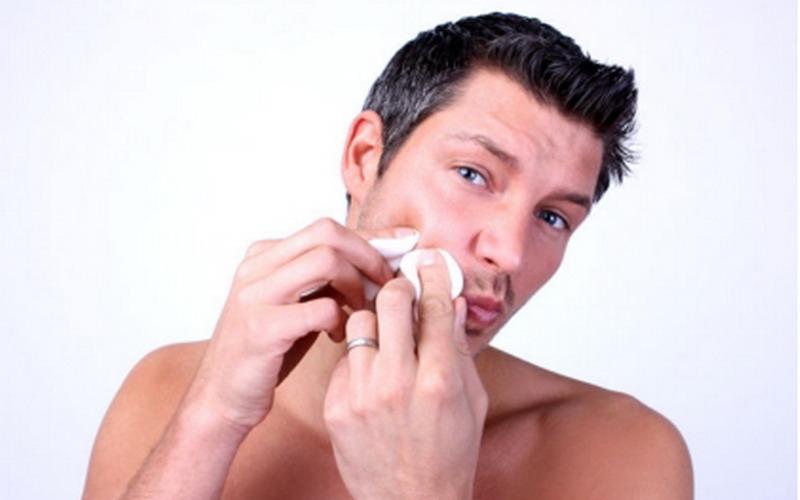 Seperti pembersihan wajah yang dilakukan minimal dua kali sehari saat pagi dan sore hari.