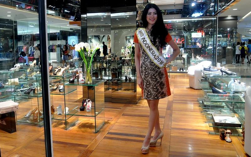 https: img.okeinfo.net content 2016 06 17 194 1417409 top-fashion-1-ini-bentuk-dukungan-maria-harfanti-kepada-miss-indonesia-2016-W5FMMAsULt.jpg