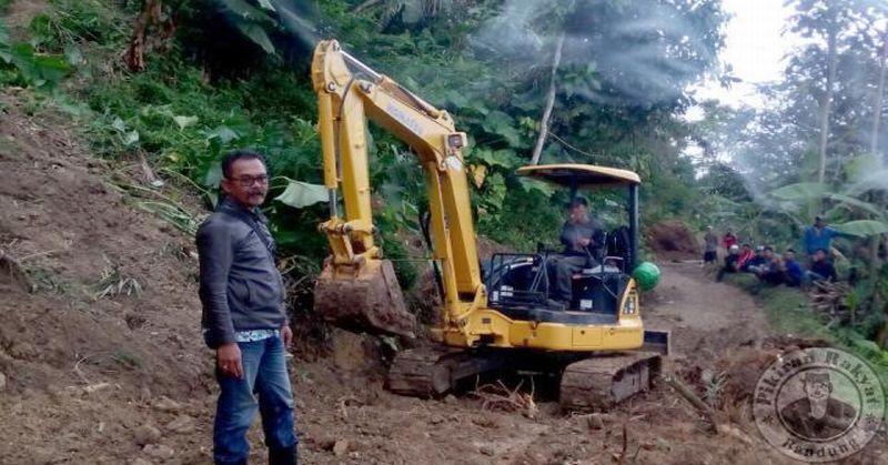 https: img.okeinfo.net content 2016 07 25 525 1445867 bencana-pergerakan-tanah-di-cianjur-rusak-puluhan-rumah-warga-lvS7qruyjT.jpg