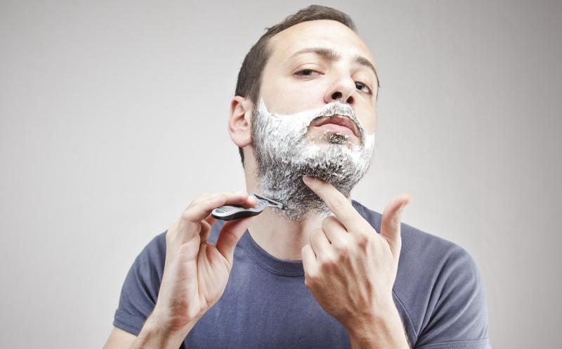 Oleskan minyak kelapa pada bagian wajah sebelum tidur, biarkan semalaman, lalu keesokan harinya bersihkan.