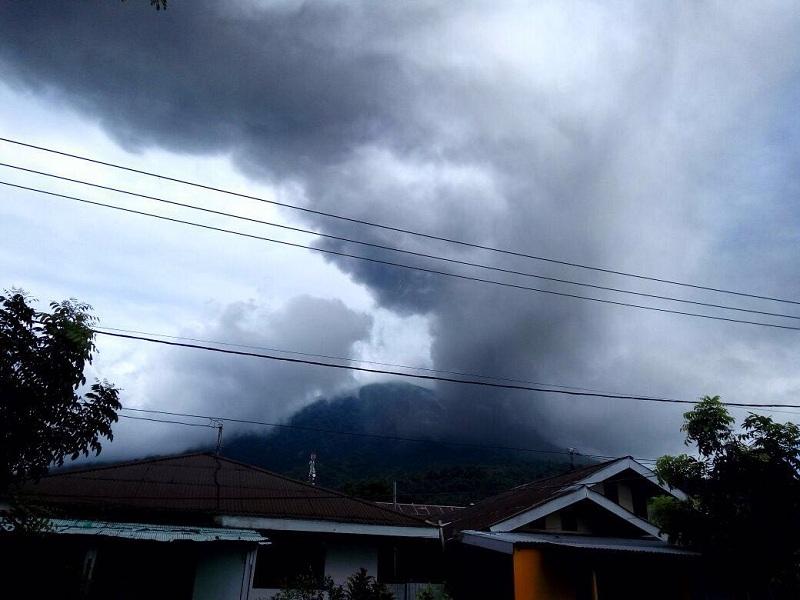 https: img.okeinfo.net content 2016 08 04 340 1455466 gunung-gamalama-meletus-ternate-siaga-darurat-bencana-abu-vulkanis-l5fFwREc6k.jpg