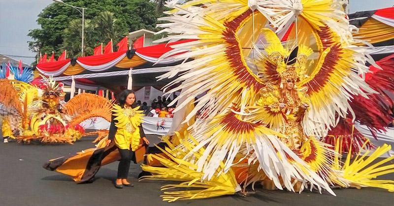 https: img.okeinfo.net content 2016 08 29 194 1475734 foto-kostum-heboh-jember-fashion-carnaval-IcgSQga3ef.jpg