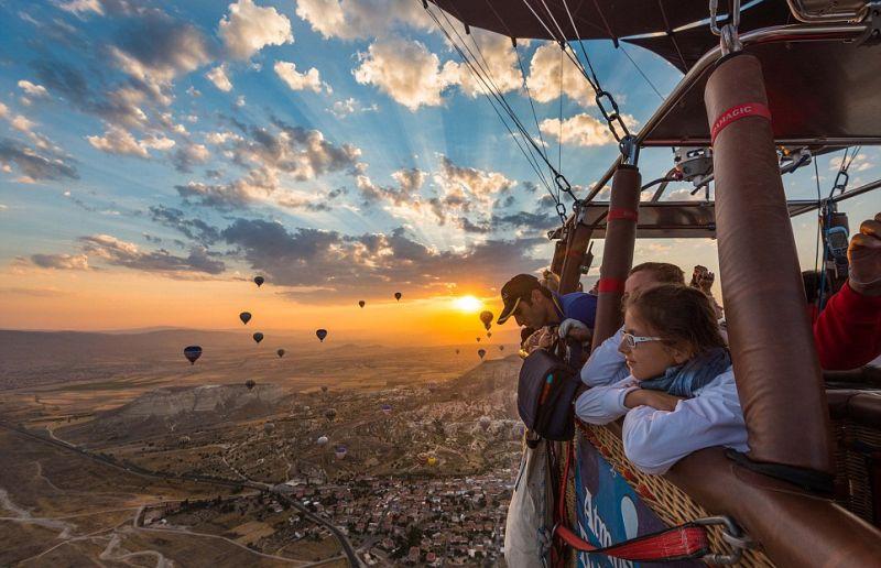 https: img.okeinfo.net content 2016 08 30 406 1476831 tempat-terbaik-untuk-wisata-balon-udara-ZdUhBVgVcR.jpg
