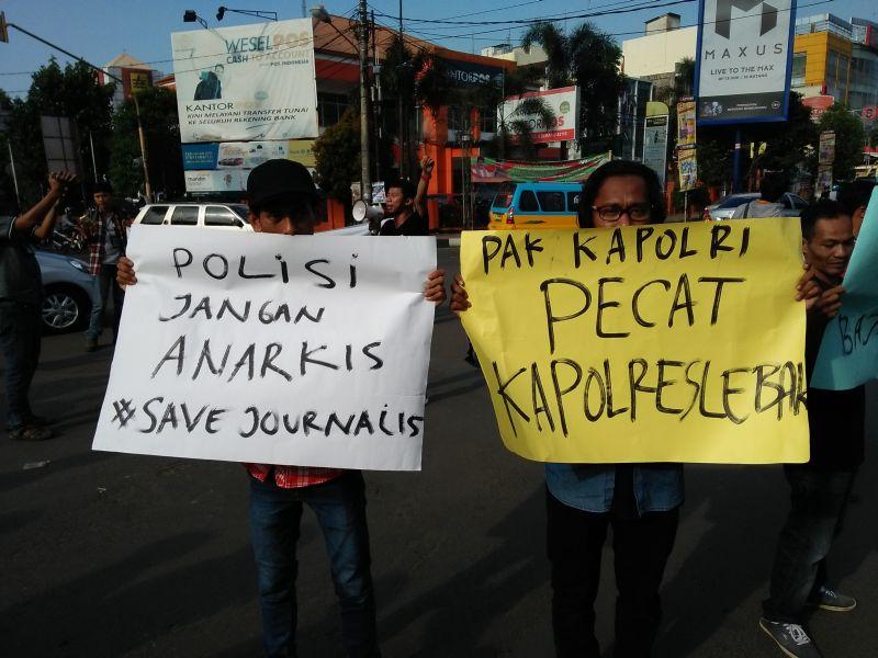 https: img.okeinfo.net content 2016 08 31 340 1478050 wartawan-gelar-aksi-solidaritas-mengutuk-arogansi-oknum-polisi-di-lebak-O2M2JgFlAf.jpg