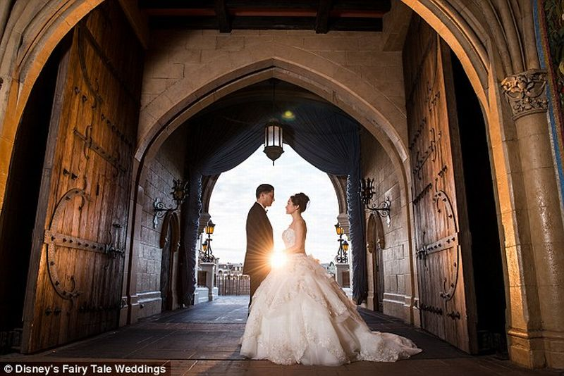 https: img.okeinfo.net content 2016 10 18 406 1517740 sepasang-kekasih-wujudkan-impian-menikah-ala-cinderella-di-disney-world-qOZPAwDwMs.jpg