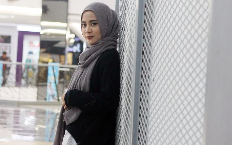 https: img.okeinfo.net content 2016 10 24 194 1522921 tutorial-hijab-segi-empat-berpita-ala-restu-anggraini-2RQqZ6LPkg.jpg