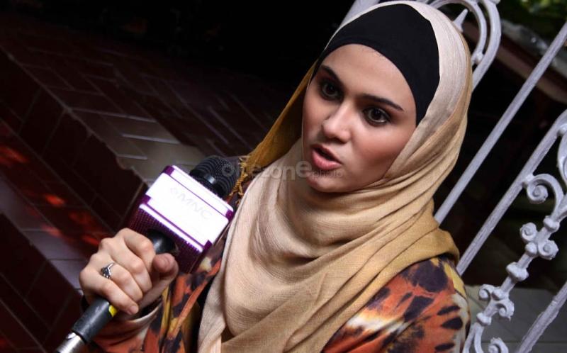 https: img.okeinfo.net content 2016 12 08 33 1561616 zee-zee-shahab-enggan-komentari-istri-tommy-kurniawan-lepas-hijab-DqtpL5omdn.jpg