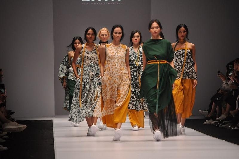 https: img.okeinfo.net content 2017 01 21 194 1597325 tren-fashion-2017-tren-busana-wanita-di-jakarta-fashion-week-2017-t1mdo7vyT8.jpg