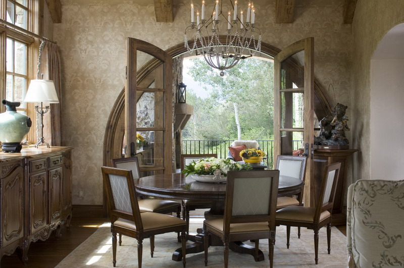 Penampakan Dekorasi Ruang Makan Elegan Dengan Meja Bundar
