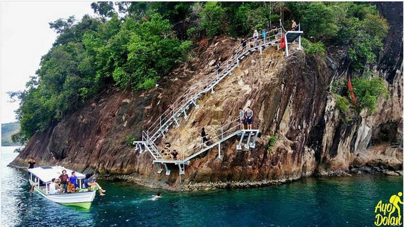 https: img.okeinfo.net content 2017 02 08 406 1612192 lompat-tebing-di-pulau-sironjong-ketek-sumatera-barat-berani-coba-TmeHYuraAM.jpg