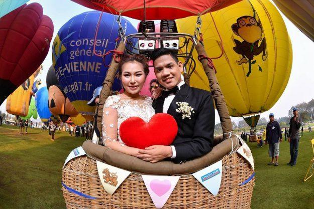 https: img.okeinfo.net content 2017 02 15 406 1619424 balon-udara-di-thailand-jadi-tempat-22-pasangan-mengucapkan-janji-setia-KH88VNmnh6.jpg