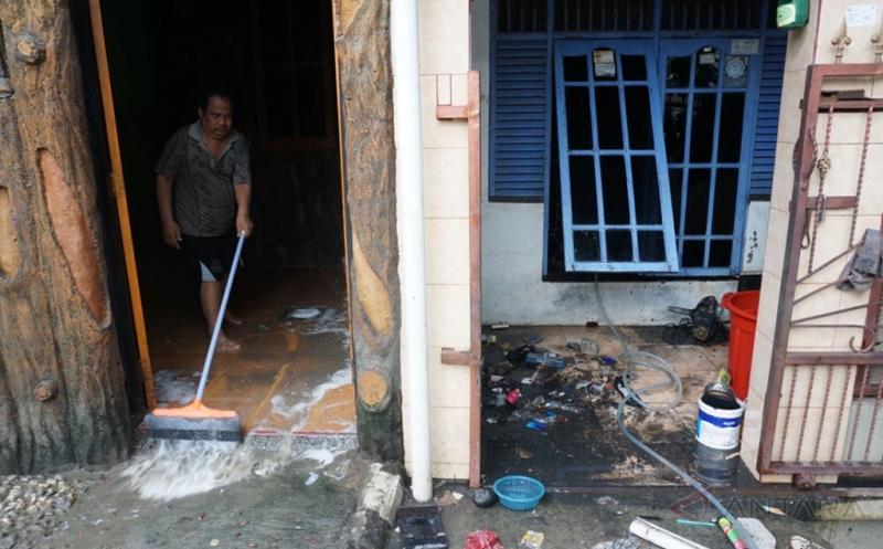 https: img.okeinfo.net content 2017 02 24 481 1627426 trik-bersihkan-rumah-pasca-banjir-agar-bebas-kontaminasi-bakteri-dan-virus-a0iIUf1gWC.jpg