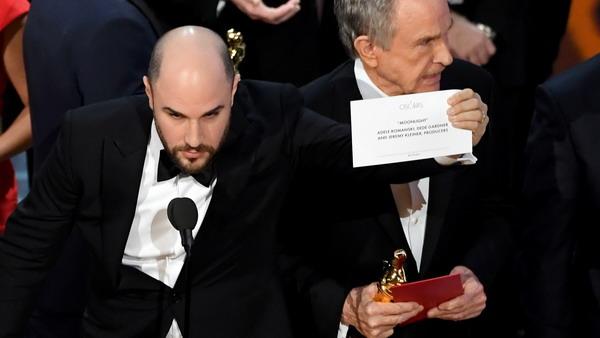 https: img.okeinfo.net content 2017 02 28 206 1630118 pricewaterhousecoopers-akui-salah-berikan-amplop-pemenang-film-terbaik-di-oscar-2017-X8qIxtk7ww.jpg