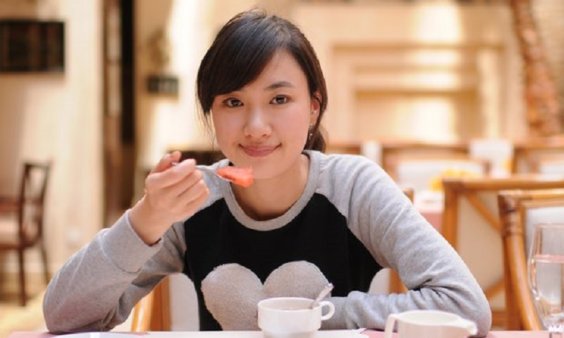 https: img.okeinfo.net content 2017 03 14 481 1642009 hore-makan-sendirian-bantu-turunkan-berat-badan-loh-HjhgudcJ4s.jpg