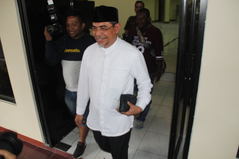 https: img.okeinfo.net content 2017 03 15 340 1643626 mantan-bupati-halmahera-selatan-diperiksa-terkait-korupsi-bansos-6HuLQHTfqK.jpg