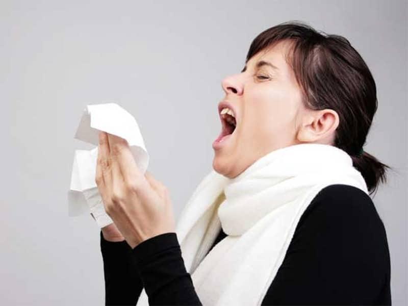 Photic sneeze reflex dikenal juga dengan sebutan Autosomal Dominant Compulsive Helio-Ophthalmic Outbursts of sneezing (ACHOO).