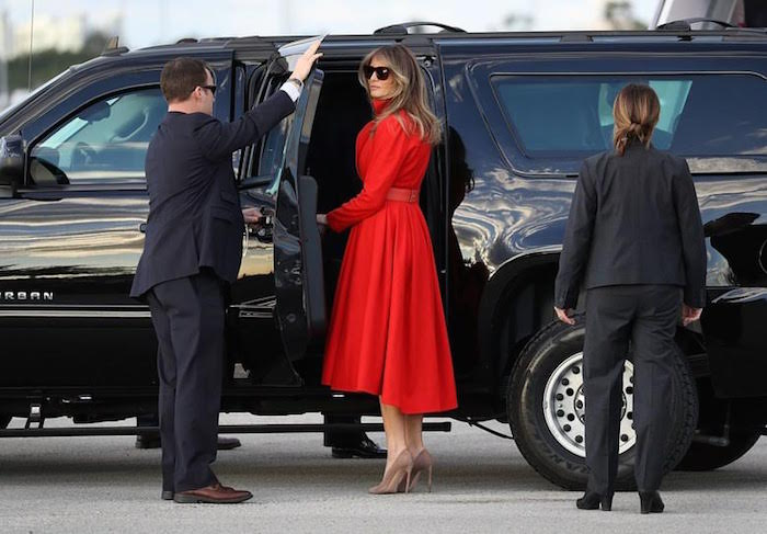 https: img.okeinfo.net content 2017 03 20 194 1647227 lagi melania trump kenakan gaun merah membara saat bertolak ke florida xRzrihAS0A.jpg
