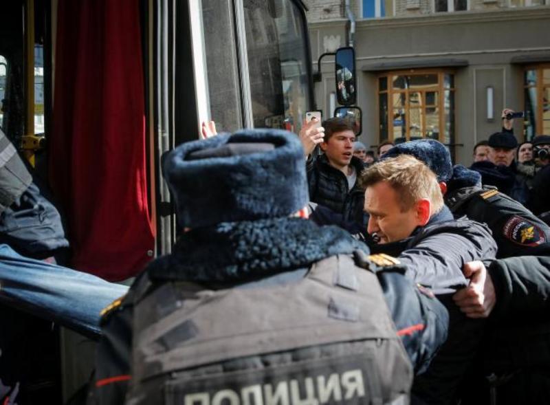 https: img.okeinfo.net content 2017 03 27 18 1651837 rival-putin-ditangkap-di-tengah-demonstrasi-anti-korupsi-7svOBGPf2x.jpg
