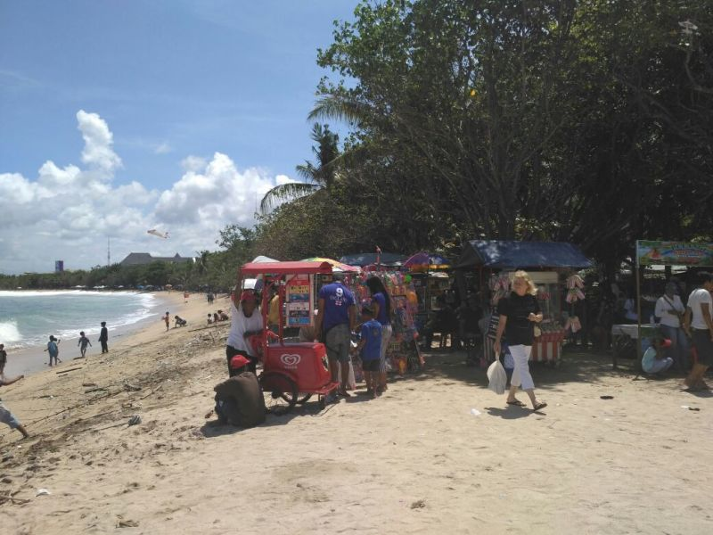 https: img.okeinfo.net content 2017 03 29 340 1653697 pasca-nyepi-pantai-kuta-kembali-diserbu-wisatawan-DX8X68LOOi.jpg