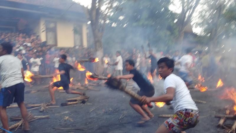 https: img.okeinfo.net content 2017 03 31 340 1655102 pasca-nyepi-warga-karangasem-gelar-tradisi-perang-api-Vp03MaGjuB.jpg