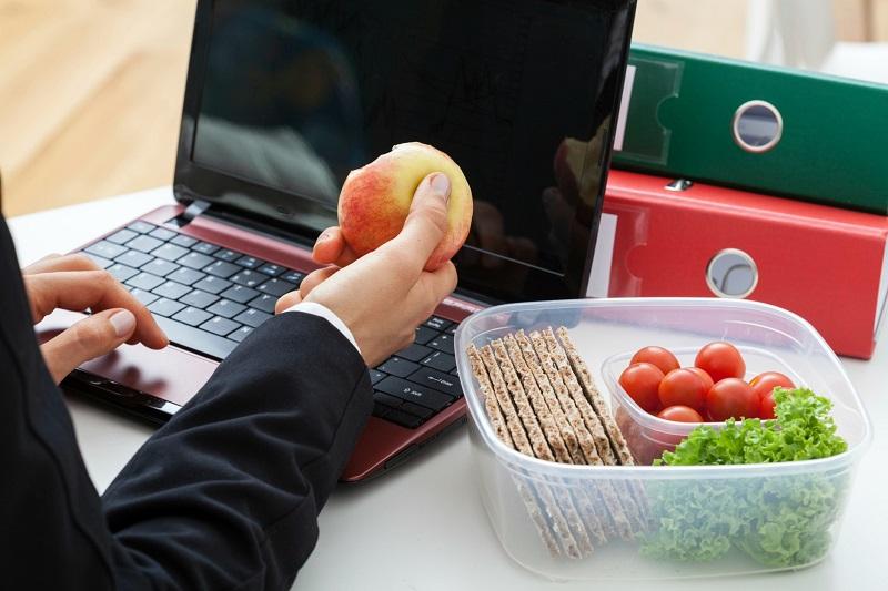 https: img.okeinfo.net content 2017 04 03 481 1657538 4-tips-menjalankan-diet-sehat-di-kantor-csvT6mPgii.jpg