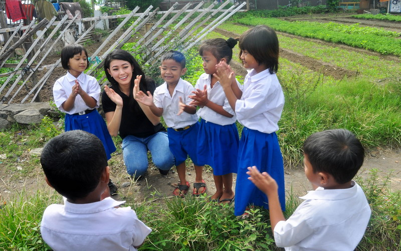 https: img.okeinfo.net content 2017 04 06 194 1660428 natasha-mannuela-sejak-smp-saya-memang-suka-mengajar-anak-jalanan-Xud0l7PFiz.jpg