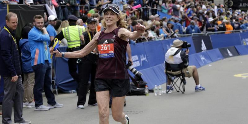 https: img.okeinfo.net content 2017 04 20 43 1672040 keren-ini-dia-pelari-perempuan-pertama-yang-buat-sejarah-di-lomba-maraton-boston-WF5ha3EXAr.jpg