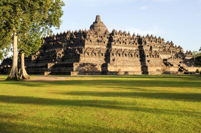 Sektor pariwisata juga menciptakan efek berganda, serta mendorong laju pertumbuhan ekonomi baik nasional maupun daerah.