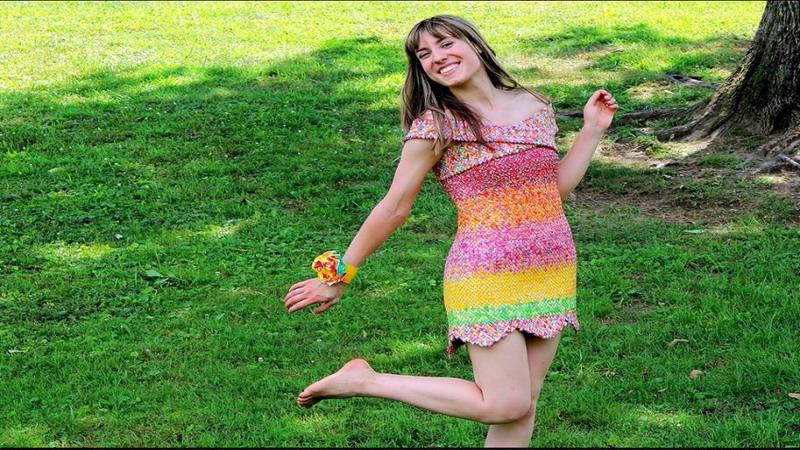 https img.okeinfo.net content 2017 05 19 298 1694952 tepuk tangan wanita ini buat sendiri gaun pengantin dari bungkus permen IfckAiaFie.jpg