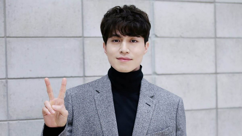 https img.okeinfo.net content 2017 05 19 33 1694825 tiba di jakarta lee dong wook tampil casual 4FBNh3OzXR.jpg