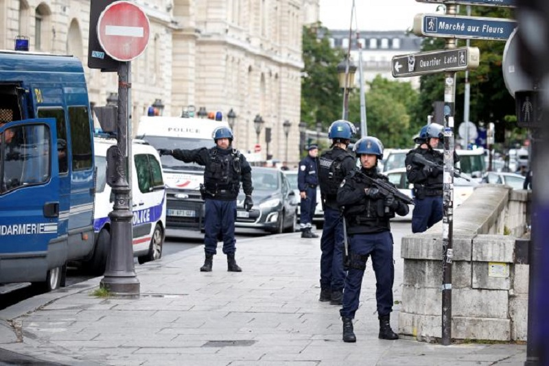 https: img.okeinfo.net content 2017 06 07 18 1709431 hendak-lakukan-serangan-kepolisian-paris-lumpuhkan-pemuda-berpalu-eqm1jU290U.jpg