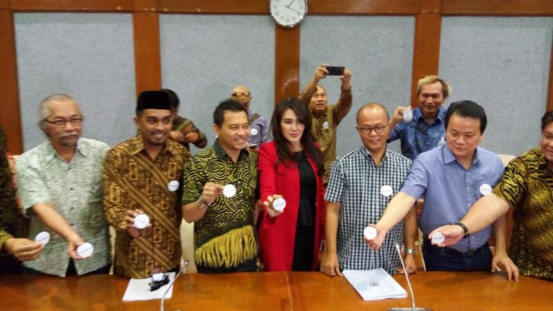 https: img.okeinfo.net content 2017 06 07 205 1710152 para-musisi-indonesia-geruduk-dpr-bahas-undang-undang-musik-rvO15w62MV.jpg