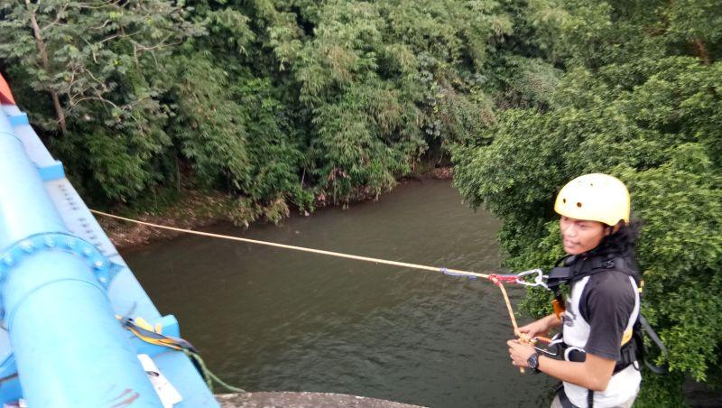 https: img.okeinfo.net content 2017 06 13 406 1714870 bridge-jump-ngabuburit-sambil-pacu-adrenalin-di-sungai-ciliwung-depok-LU7gNvpYwC.jpg